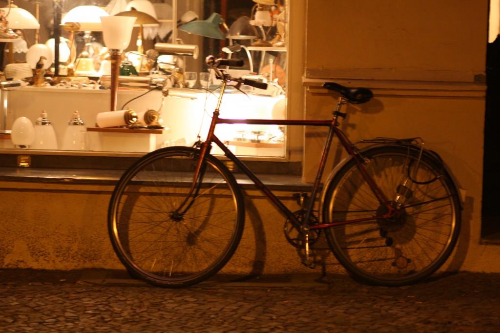 Cykel utanför lampshop i Prenzlauer Berg