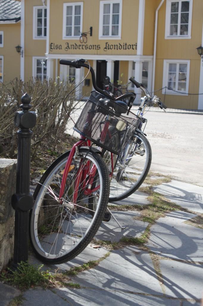 Två cyklar med Elsa Anderssons i bakgrunden